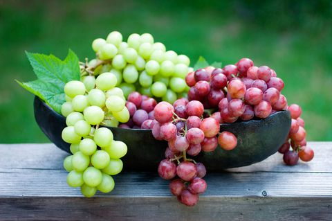 gallery-1513015699-red-green-grapes